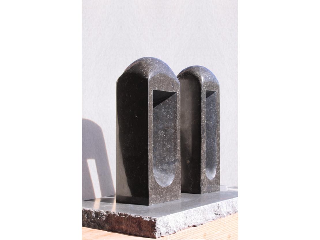 Titel: Du bist Hübsch Materiaal: Belgisch hardsteen Formaat: Hoogte 41,5 resp. 41cm