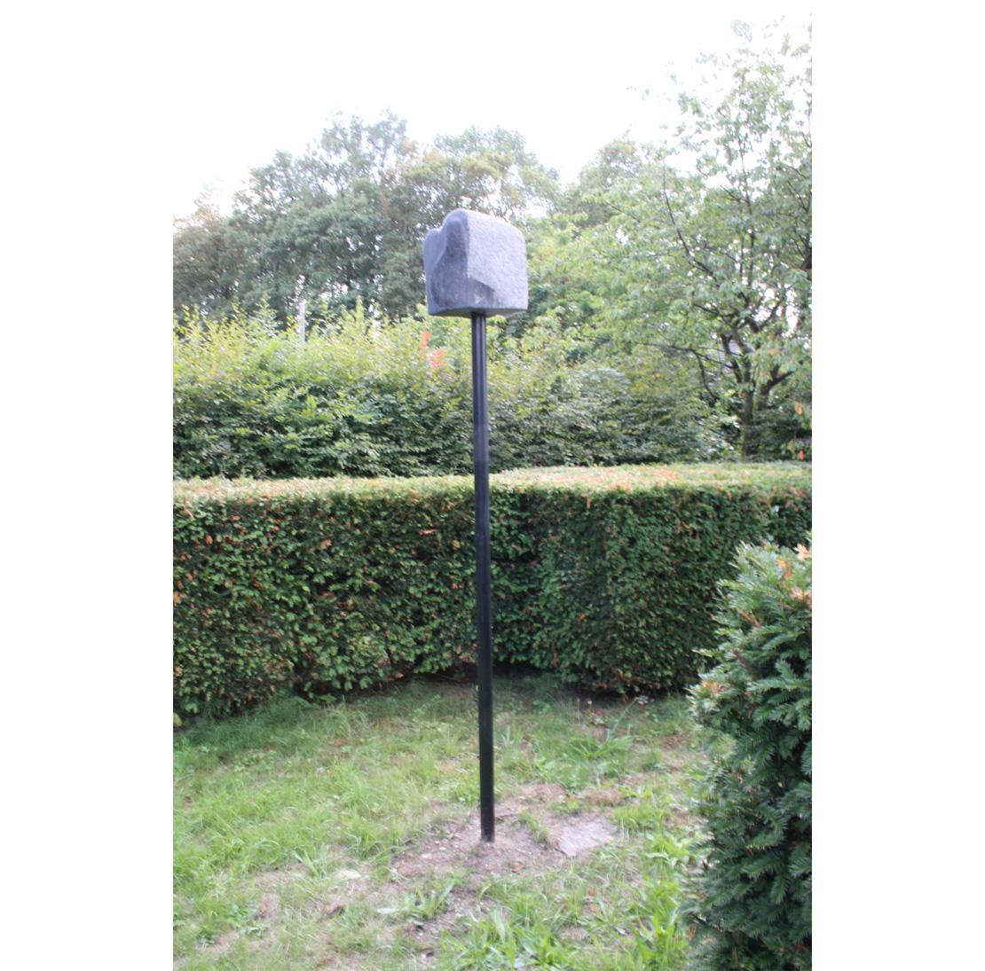 Titel: Opwaartse zwaarte  Materiaal: staal en Belgisch hardsteen  Formaat: beeld 25x26x30cm op 240cm hoogte