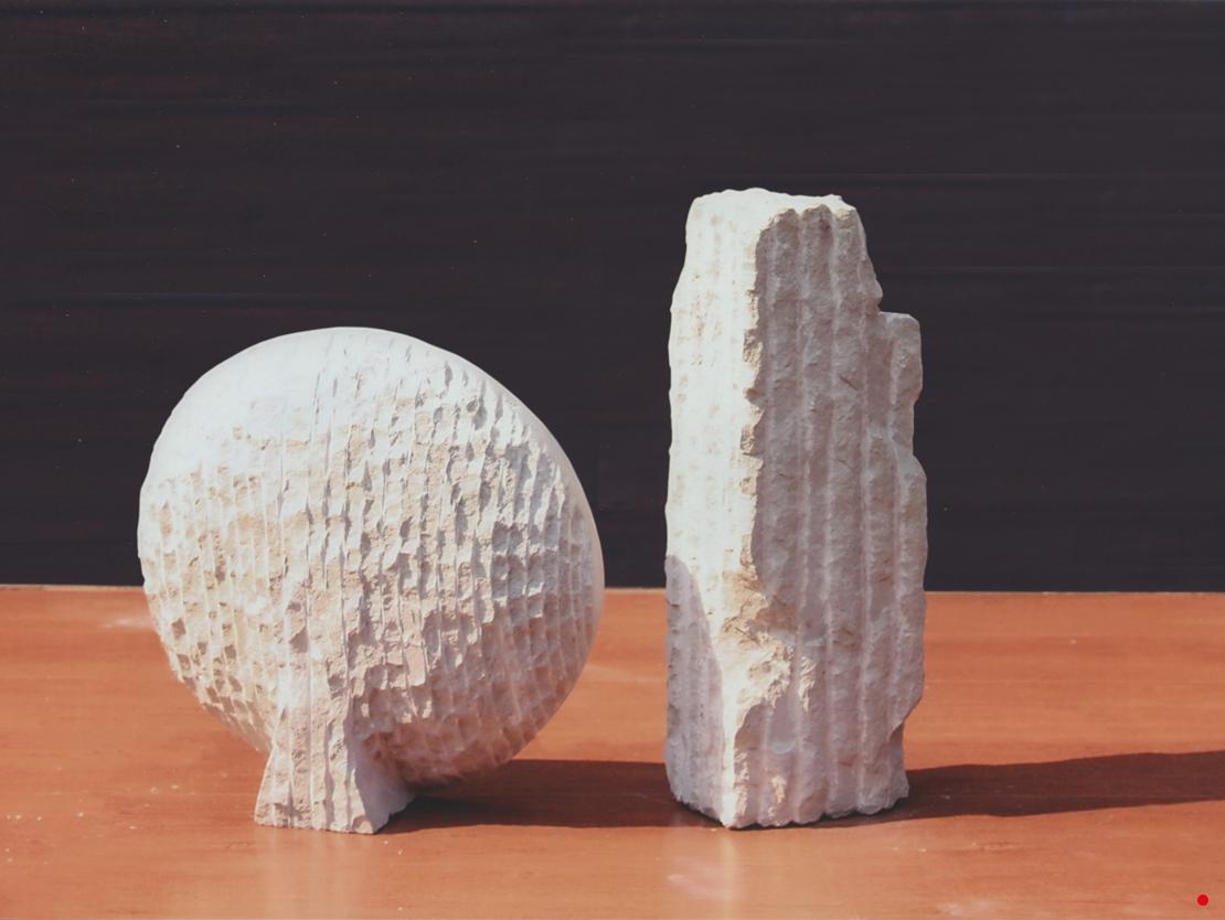 Titel: Egologics Materiaal: Zandsteen Formaat: diameter 27cm, diepte 9 cm, resp. 34x12x8cm