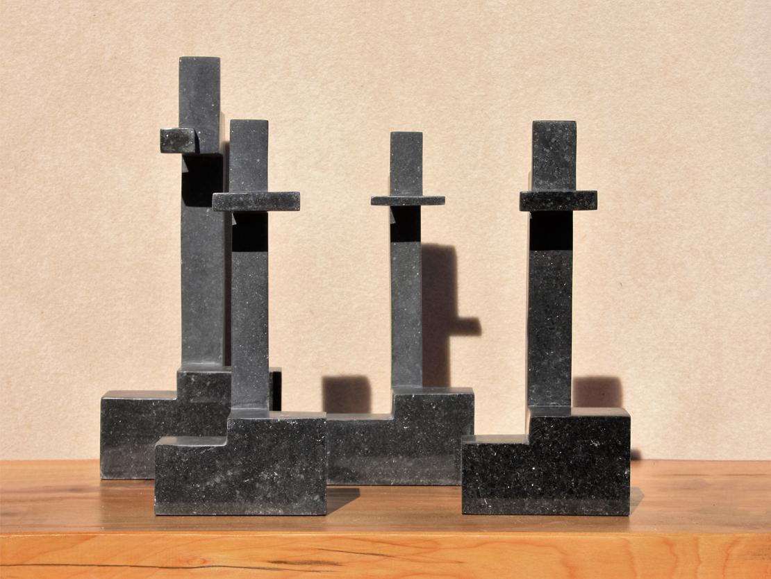 Titel: Identiteit Materiaal: 3x Belgisch hardsteen, 1 x gabro (graniet) Formaat: 31 cm hoog bij 26 cm