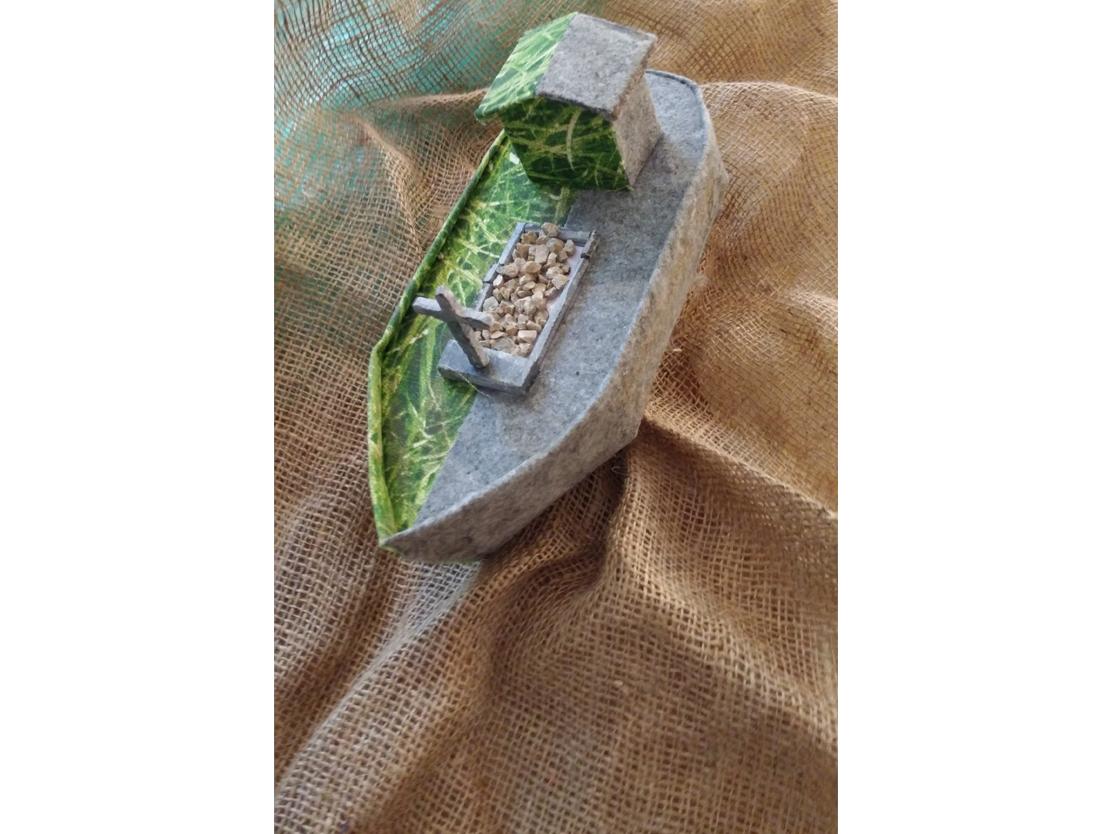 Titel: Zonder titel Materiaal: Vilt, katoen, polystyreen, Belgisch hardsteen, Euville. Formaat: Breedte 26 cm